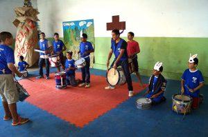 Grupo de criancas asp tomando instrumentos