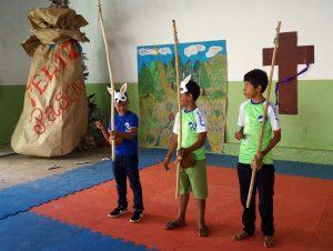 tres criancas tocando berimbau